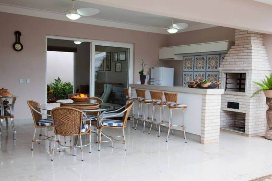 modelos de área gourmet externa grande decorada com mesa redonda e churrasqueira de tijolinho Foto Fantin Siqueira