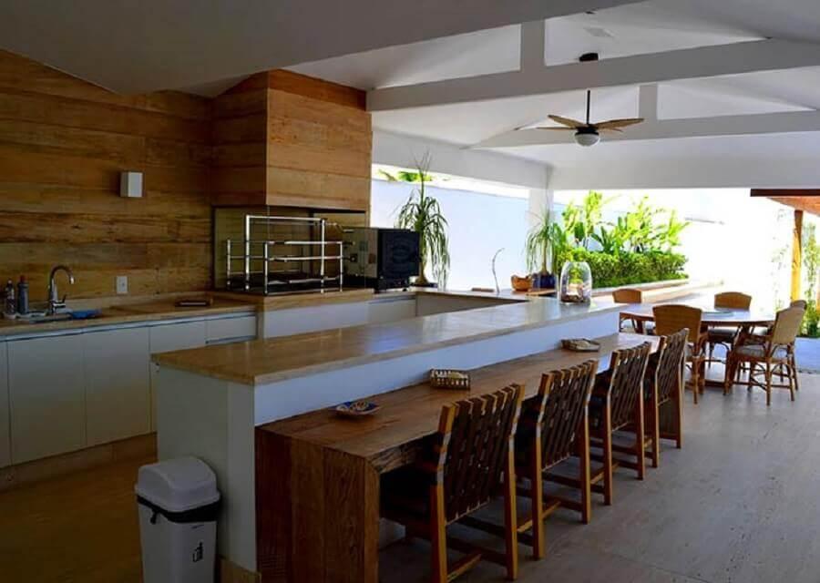 modelos de área gourmet grande decorada com bancada de madeira e churrasqueira de vidro Foto Pinterest