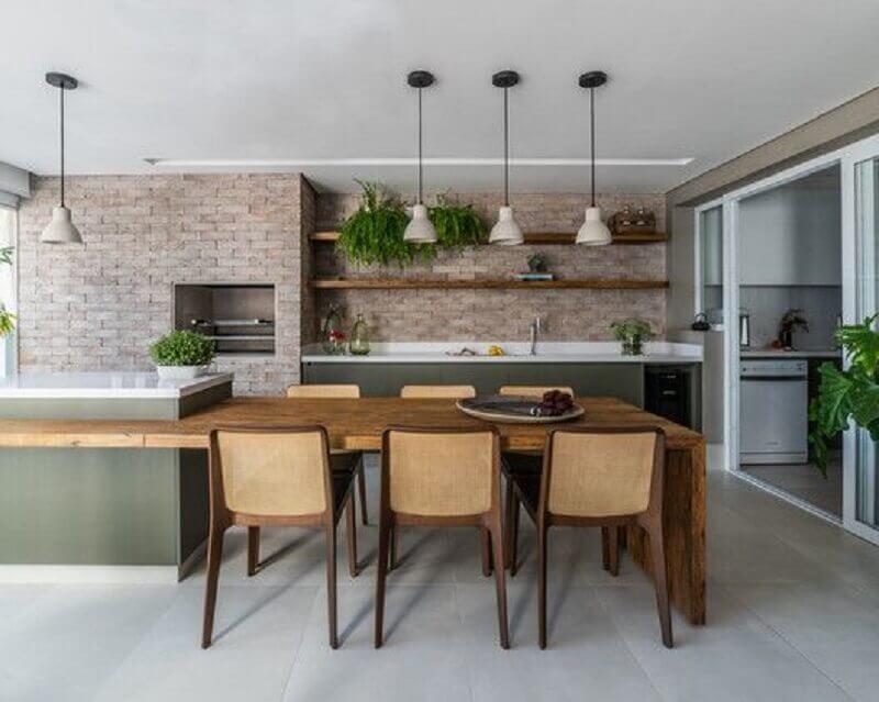 modelos de área gourmet grande e moderna decorada com ilha planejada com mesa Foto Archdaily