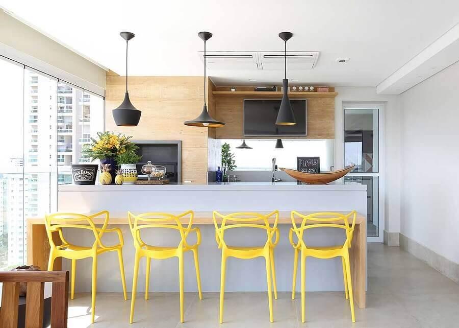 modelos de área gourmet moderna decorada com cadeiras amarelas Foto Karen Pisacane