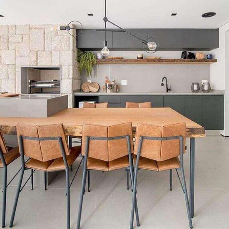 modelos de área gourmet moderna decorada com ilha planejada com mesa rústica Foto Pinterest