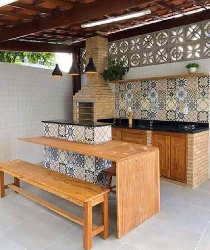 modelos de área gourmet rústica decorada com ilha pequena planejada com mesa de madeira Foto Pinterest