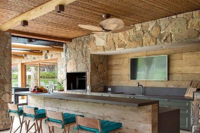 modelos de área gourmet rústica decorada com revestimento de pedra Foto Arkpad