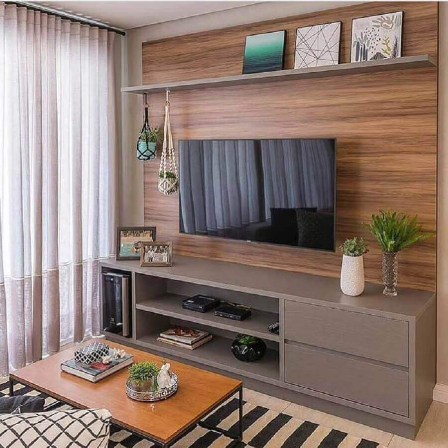 painel de madeira para sala de estar apartamento decorada com rack cinza Foto Jeito de Casa