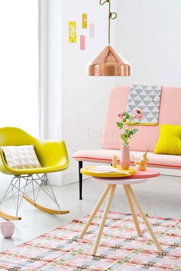 paleta de cores pastéis para sala branca decorada com sofá rosa Foto Urban Casa