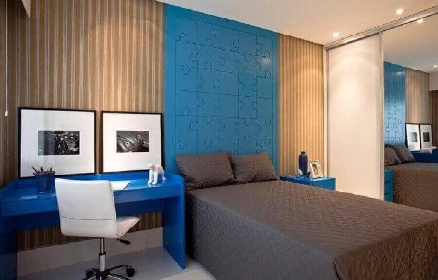 papel de parede para quarto de homem decorado com escrivaninha e cabeceira azul planejada Foto SQ + Arquitetos Associados