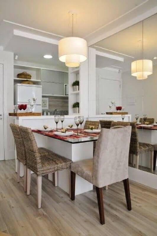 parede espelhada para decoração de sala de jantar com cozinha americana Foto Jeito de Casa