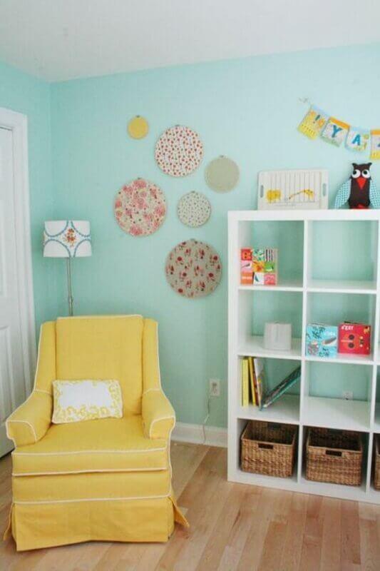 parede verde piscina para quarto de bebê decorado com poltrona amarela Foto Archzine