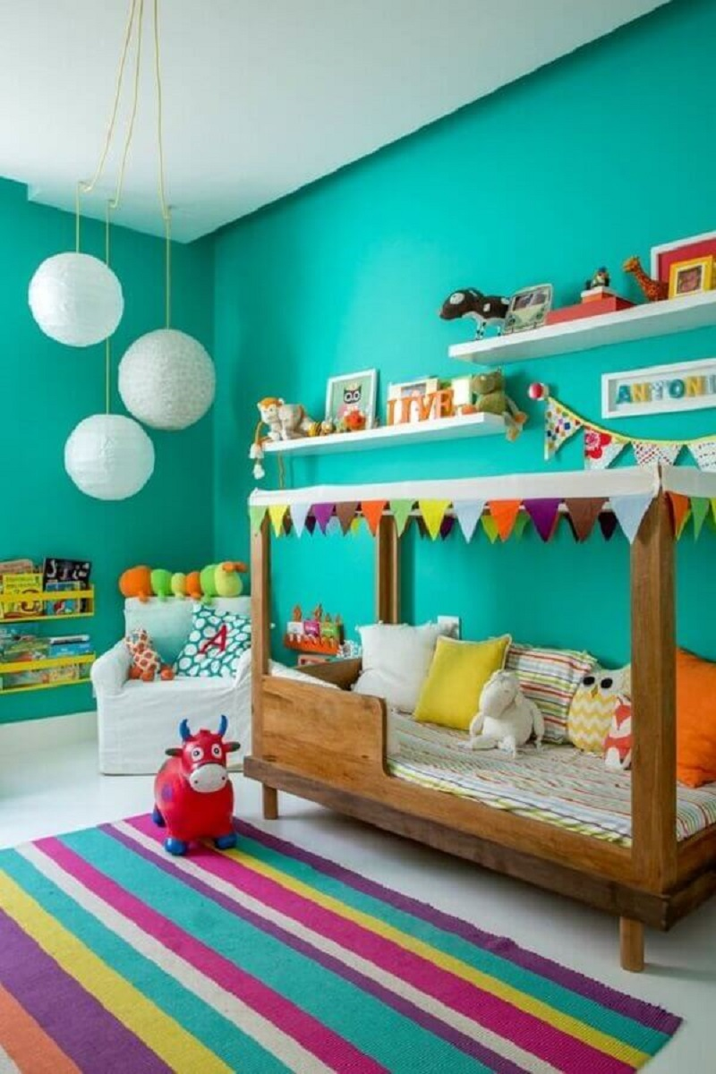parede verde piscina para quarto infantil decorado com tapete colorido Foto NaToca Design