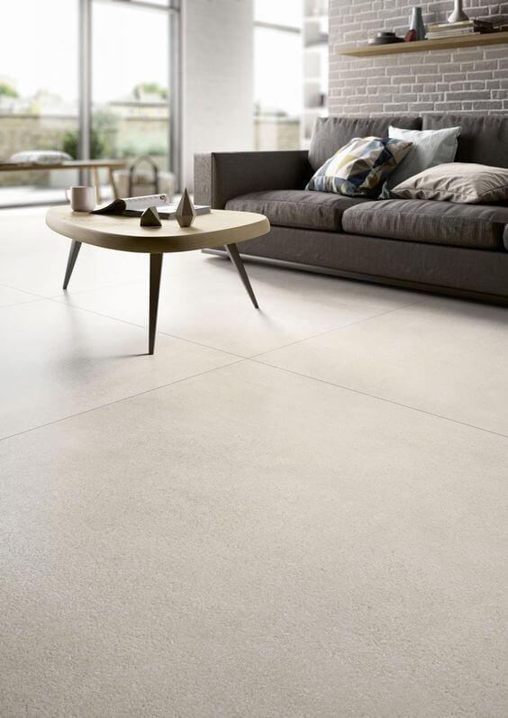 Piso de porcelanato clara com sofá cinza