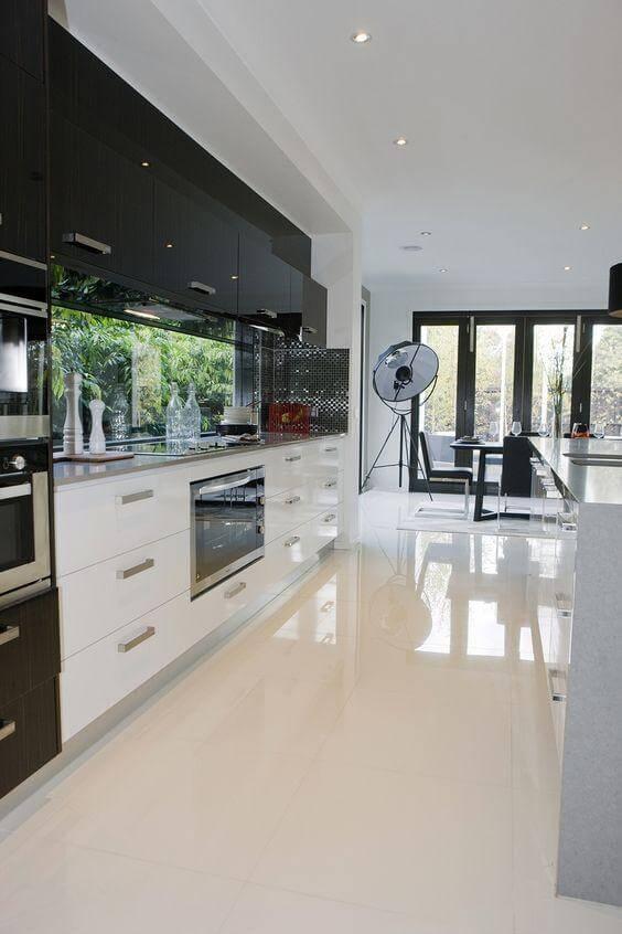 Piso de porcelanato para cozinha com armários brancos