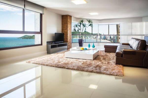 Piso de porcelanato para sala de estar clássica