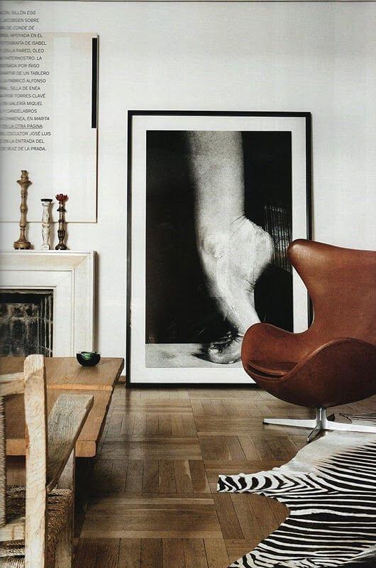 Poltrona egg marrom com móveis e decoração preto e branco