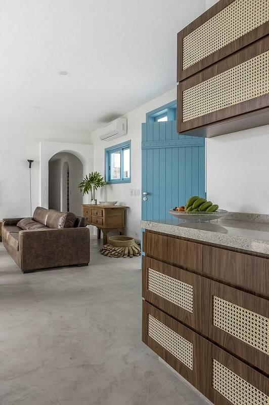 Sala de estar branca com porta de madeira azul