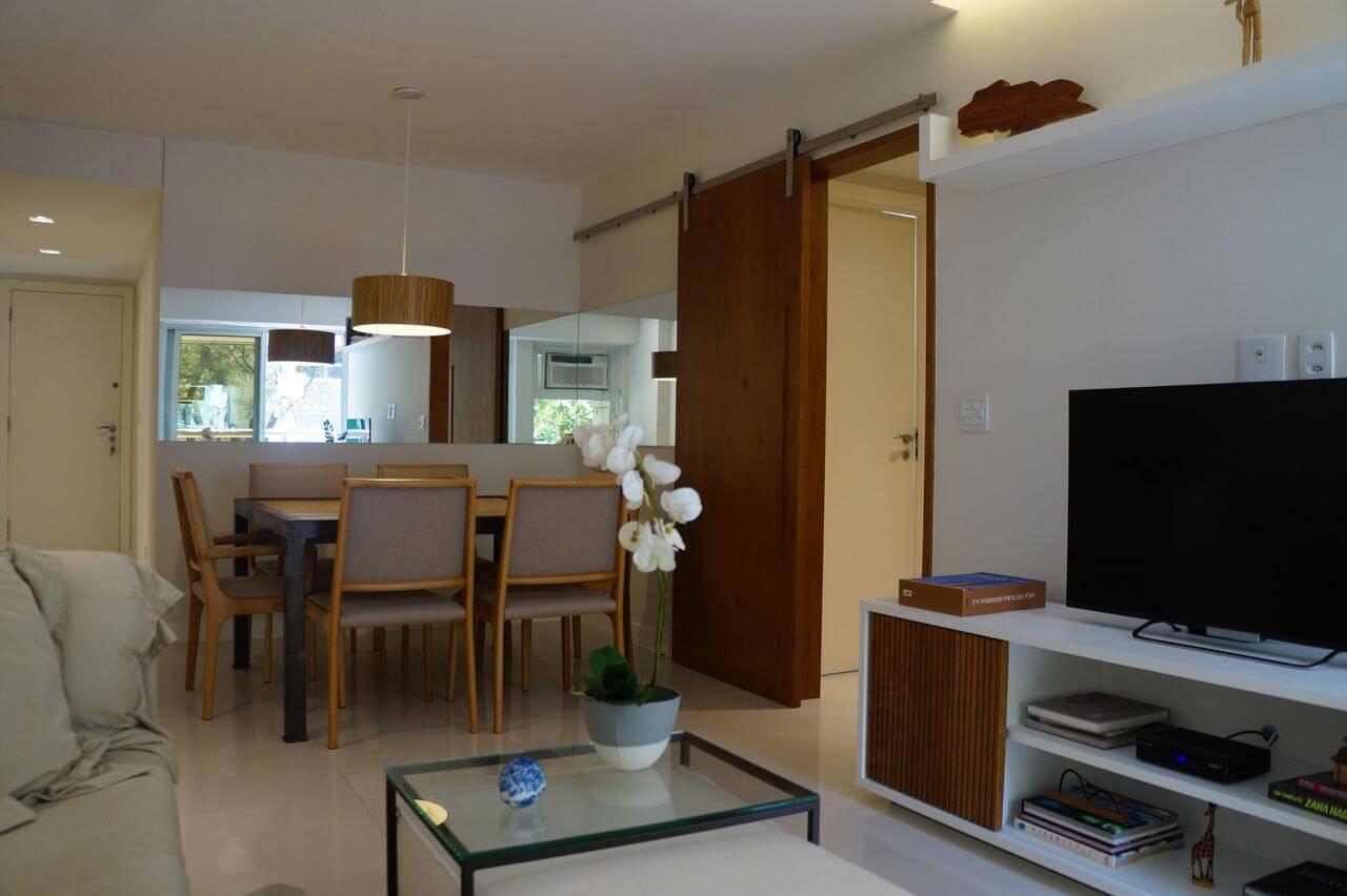 Sala de jantar com porta de madeira de correr