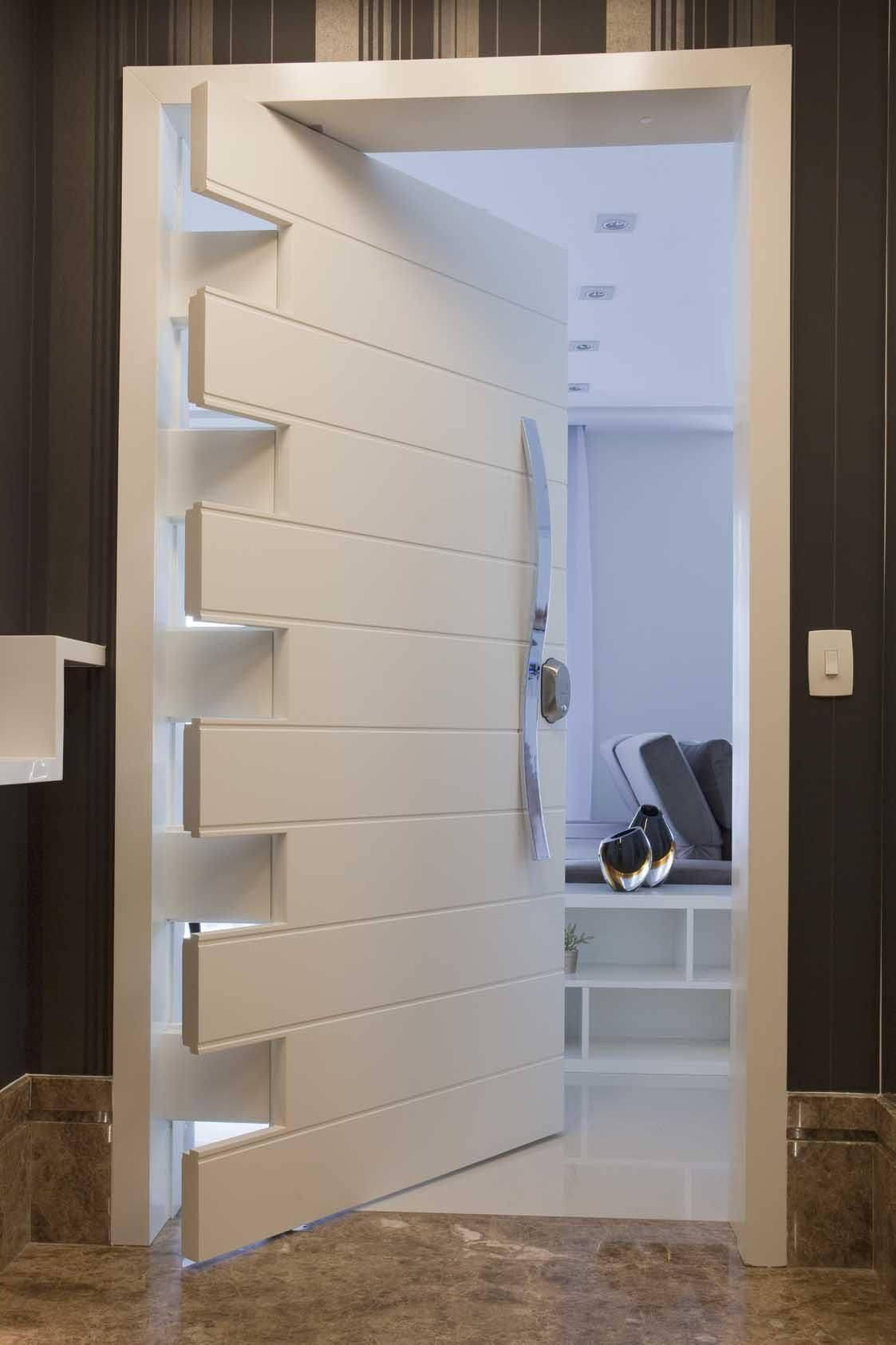 Porta de madeira para sala branca