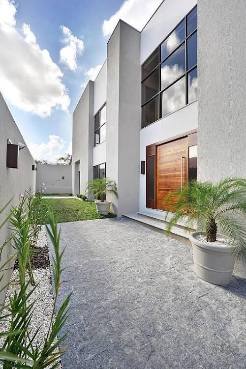 Porta de madeira para sala de estar na fachada de casa moderna