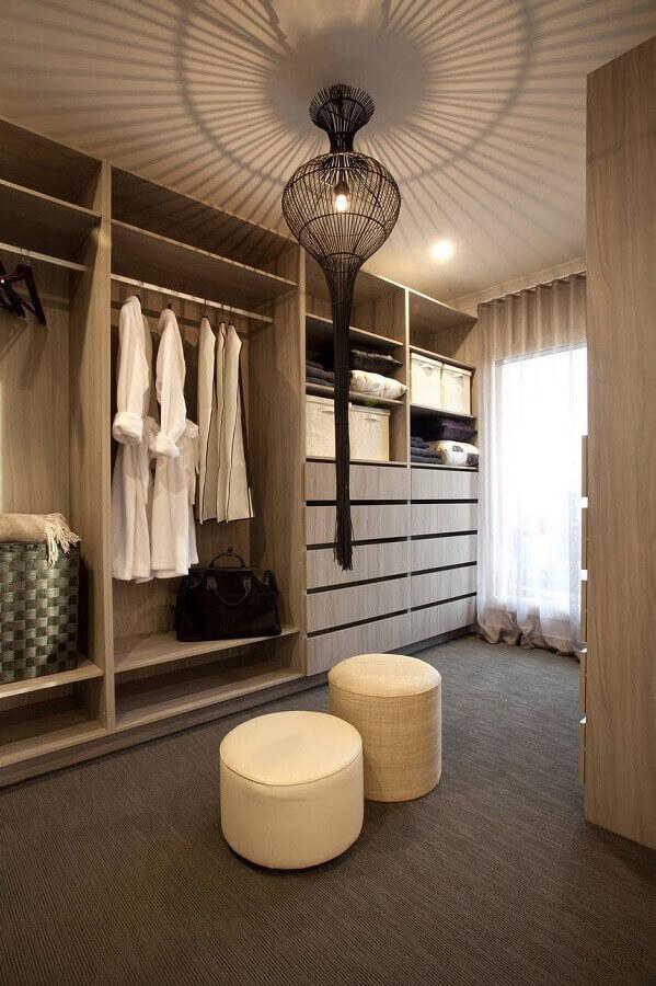 puff redondo para decoração de closet armário amadeirado Foto Pinterest