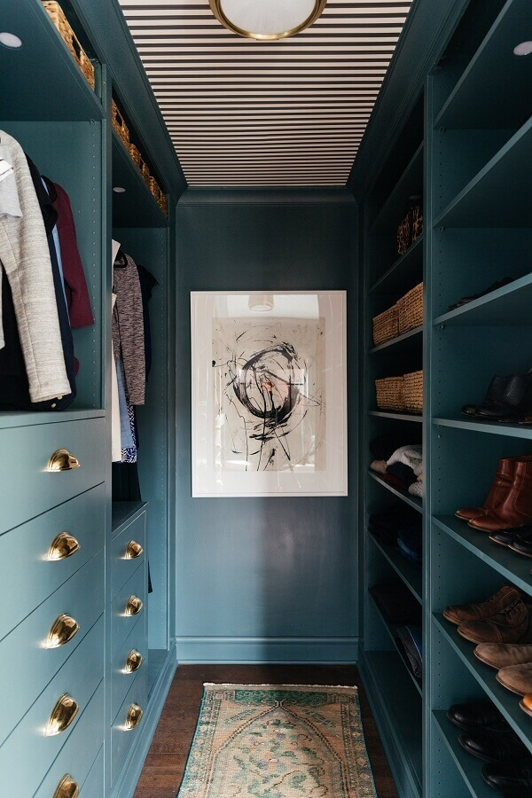 puxadores dourados para decoração de armário closet pequeno azul planejado Foto Better Homes and Gardens