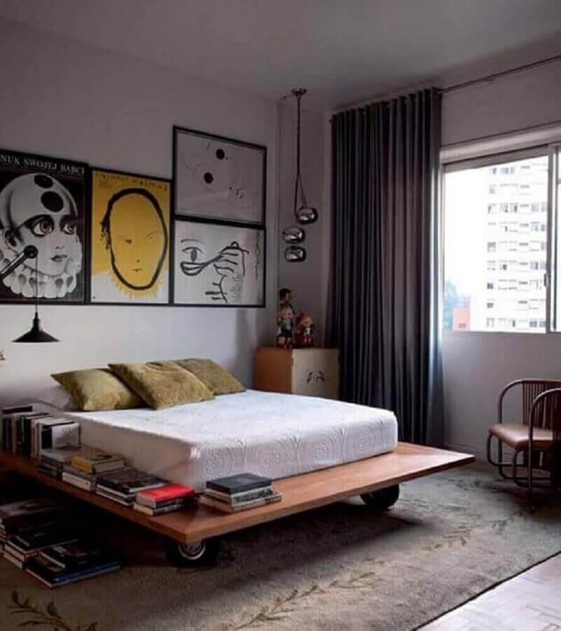 quadros para quarto de homem decorado com cama baixa de madeira Foto Pinterest