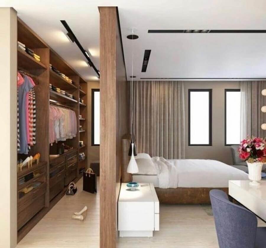 quarto amadeirado decorado com armário closet casal Foto Arkpad