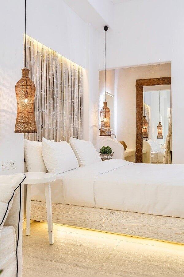 quarto branco decorado com luminária pendente rústica Foto Hippie Chic My Konos