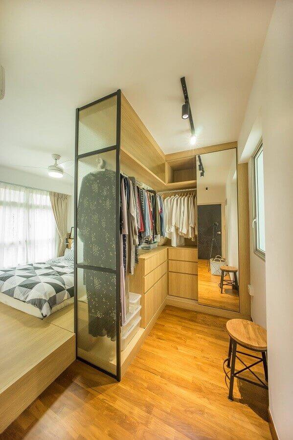 quarto de casal decorado com armário closet pequeno amadeirado Foto Houzz
