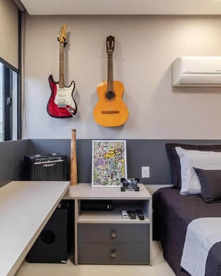 quarto de homem decorado em tons de cinza com guitarra na parede Foto Homify