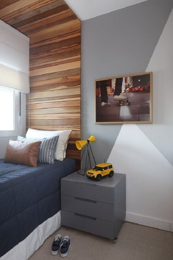 quarto de homem simples decorado com cabeceira de madeira planejada Foto Fashion Bubbles