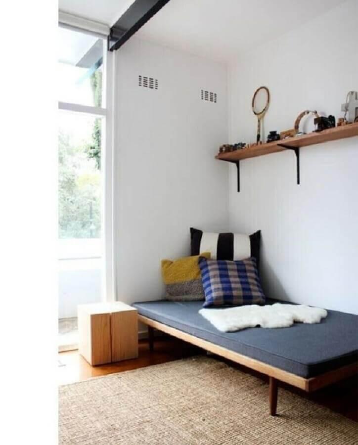 quarto de homem simples decorado com cama baixa de madeira Foto Pinterest
