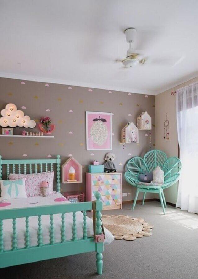 quarto infantil cinza decorado com cama e cadeira cor verde piscina Foto Petite Vintage Interiors