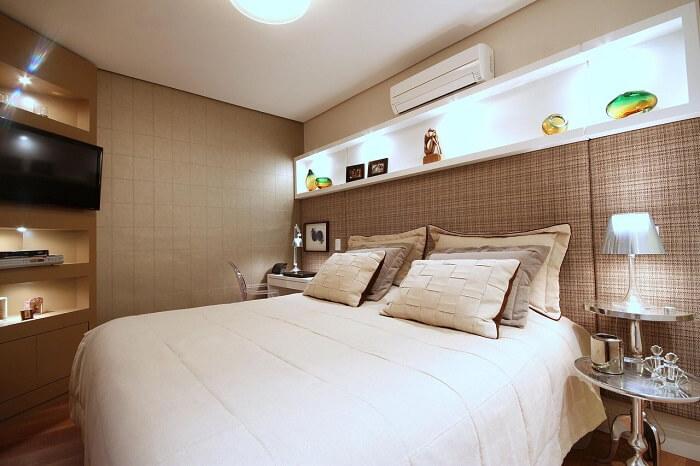 Quarto marrom claro com nicho grande acima da cama. Projeto de MeyerCortez Arquitetura & Design
