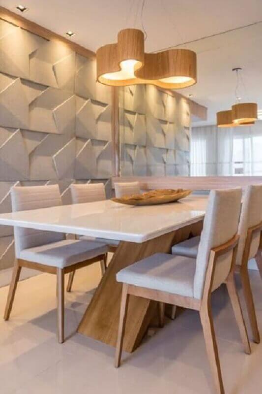 revestimento 3D para sala de jantar decorada com lustre de madeira e cadeira de jantar estofada Foto Jeito de Casa