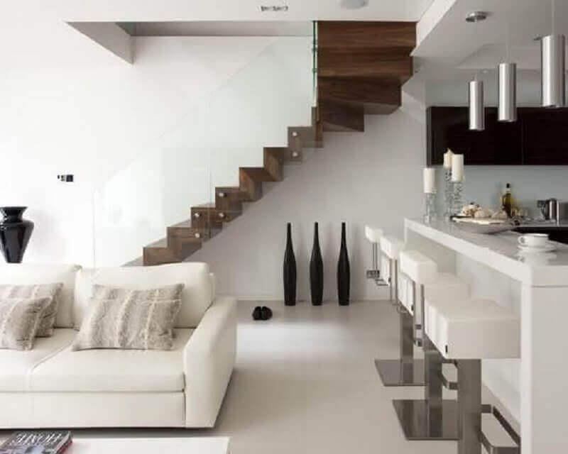 sala branca decorada com escada interna de madeira em L Foto Pinterest