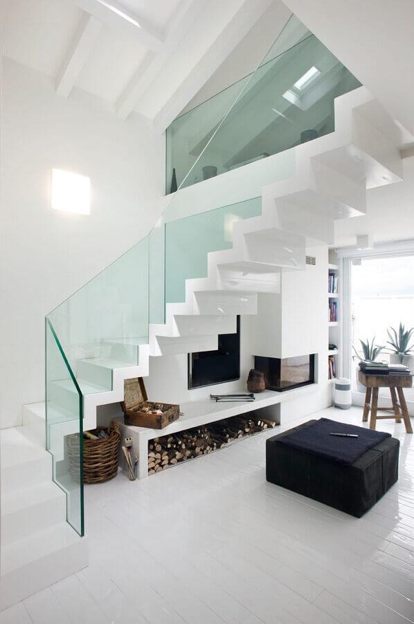 sala branca minimalista decorada com escadas internas com guarda corpo de vidro Foto Pinterest