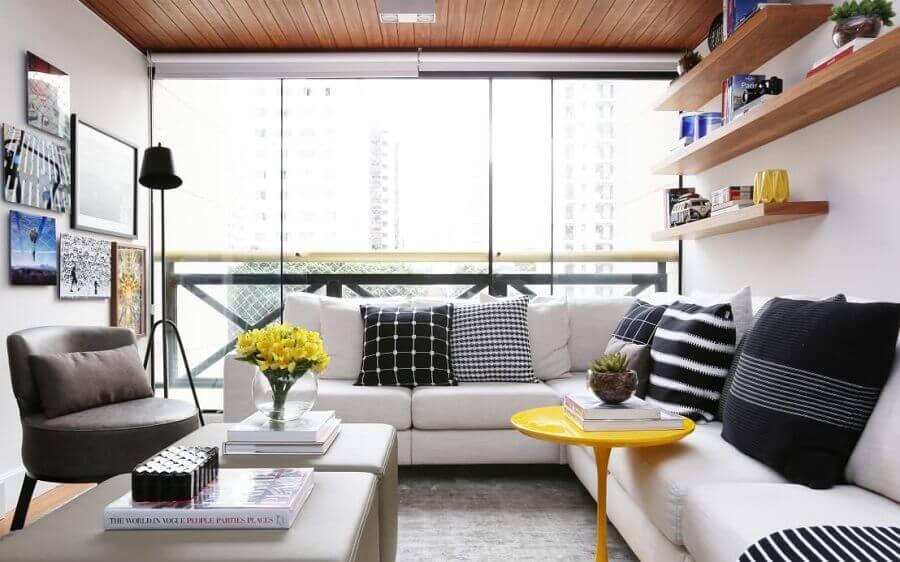 sala de estar apartamento decorado com sofá de canto branco e prateleiras de madeira Foto Now Arquitetura e Interiores
