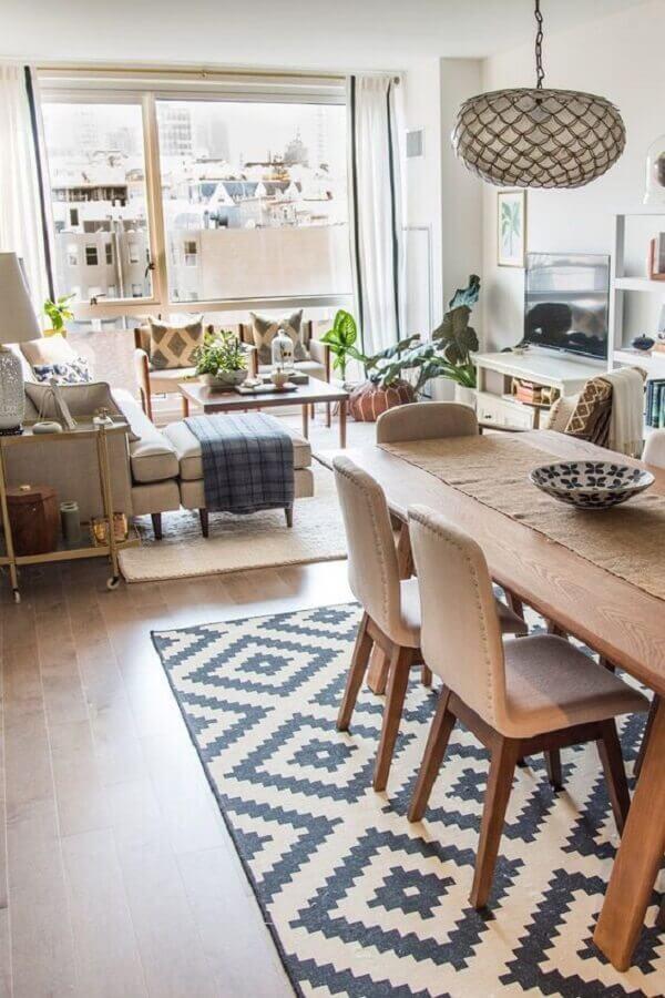 sala de estar apartamento integrada com sala de jantar decoradas com tapetes diferentes Foto Arkpad
