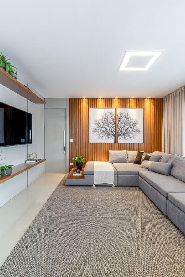 sala de estar apartamento moderno decorado com parede ripada de madeira Foto RP Guimarães