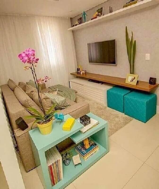 sala de estar bege decorada com puff verde piscina Foto Pinterest