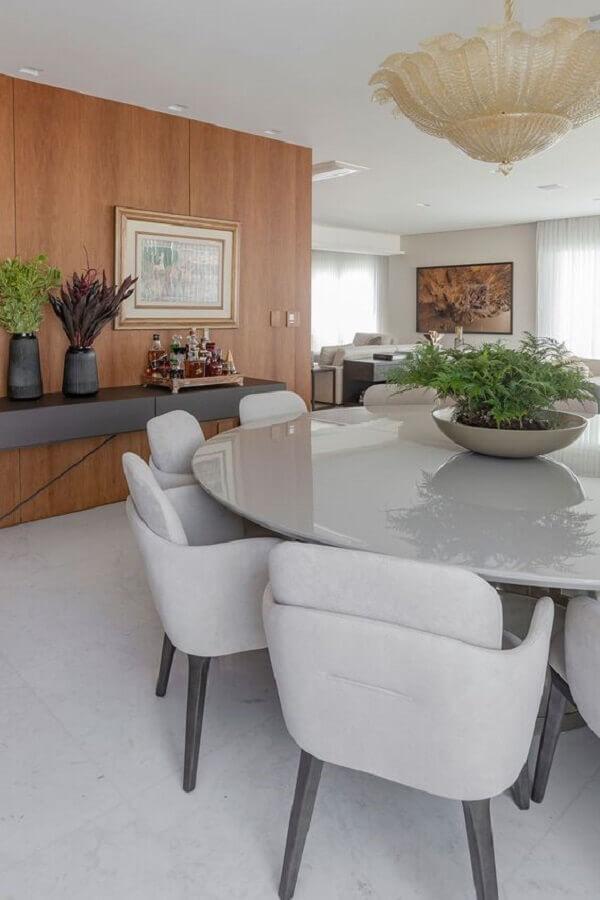 sala de jantar apartamento decorado com mesa redonda e parede de madeira Foto Casa de Valentina