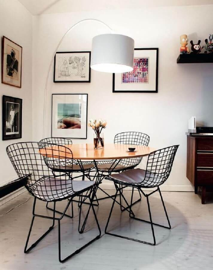 sala de jantar branca decorada com mesa redonda e cadeira de jantar aramada Foto Pinterest
