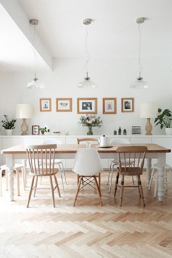 sala de jantar branca e grande decorada com diferentes cadeiras para mesa de jantar Foto Apartment Therapy