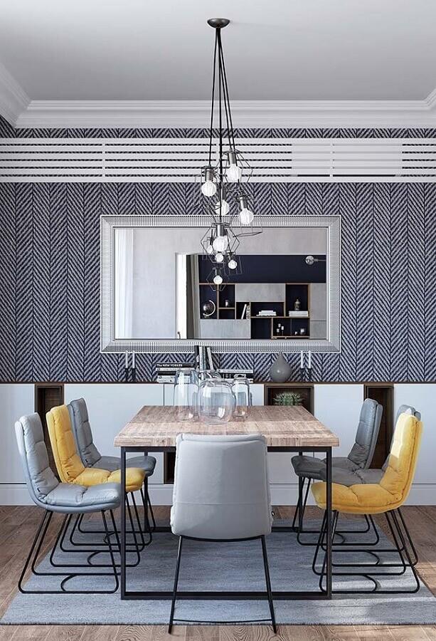 sala de jantar cinza decorada com mesa industrial e cadeira de jantar estofada Foto Ideias Decor