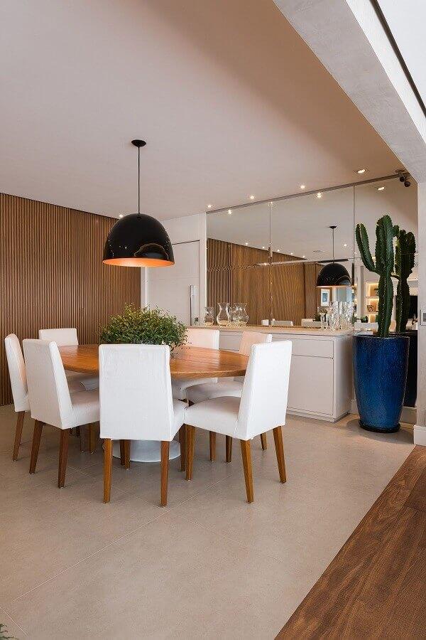 sala de jantar decorada com mesa de madeira e luminária pendente redonda Foto Jeito de Casa