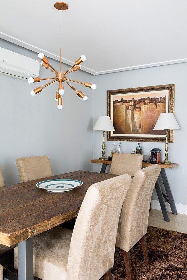 sala de jantar decorada com mesa de madeira rústica e luminária pendente moderna Foto Casa de Valentina