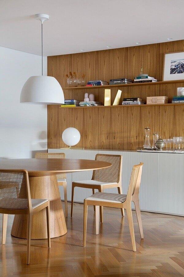 sala de jantar decorada com mesa redonda e cadeira de jantar de madeira Foto Casa de Valentina