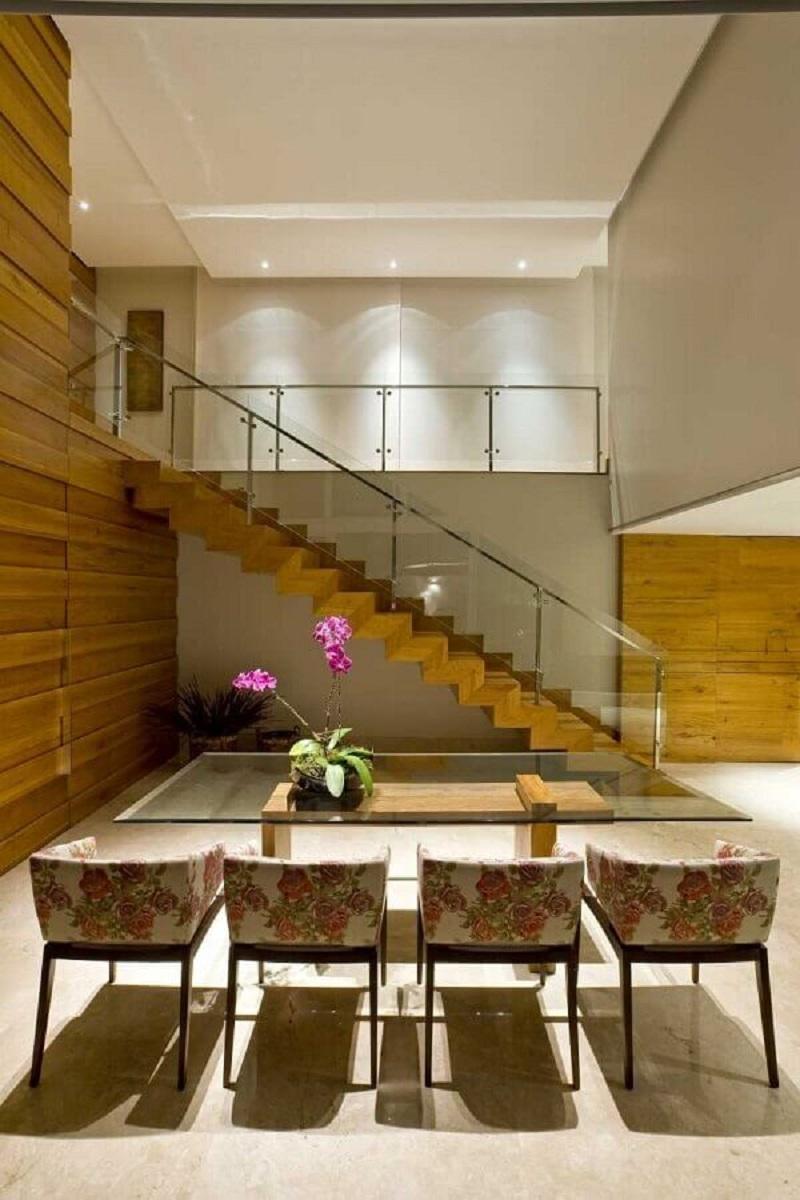 sala de jantar grande decorada com escadas internas reta de madeira Foto Pinterest