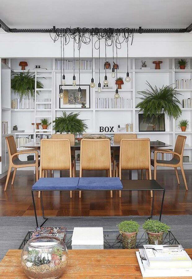 sala de jantar grande decorada com estante de nichos e cadeira de jantar de madeira Foto Jeito de Casa