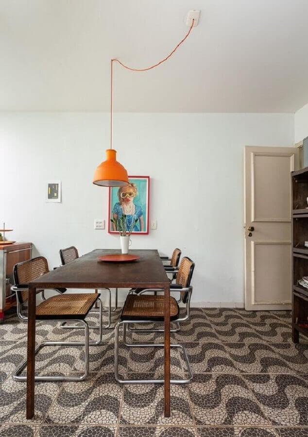 sala de jantar grande decorada com luminária pendente laranja Foto Histórias de Casa
