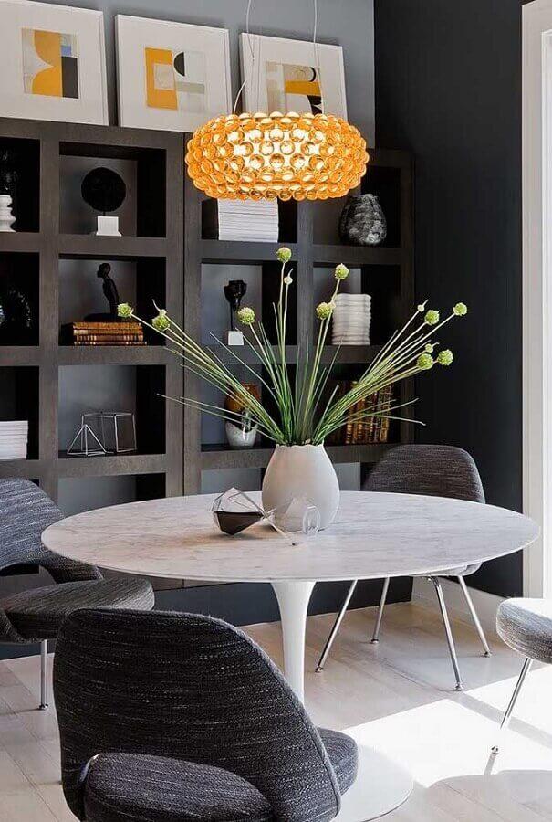 sala de jantar moderna decorada com lustre de teto redondo Foto Pinterest